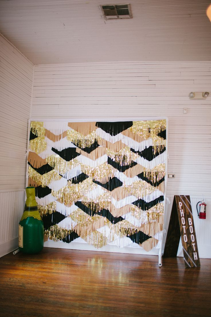 photo-booth :: background :: gold black white fringe tinsel