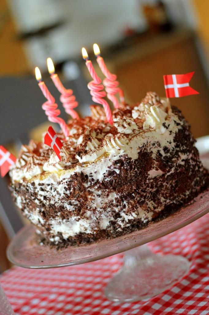 Layer cake with vanilla cream and dark chocolate cream filling (recipe in Danish)