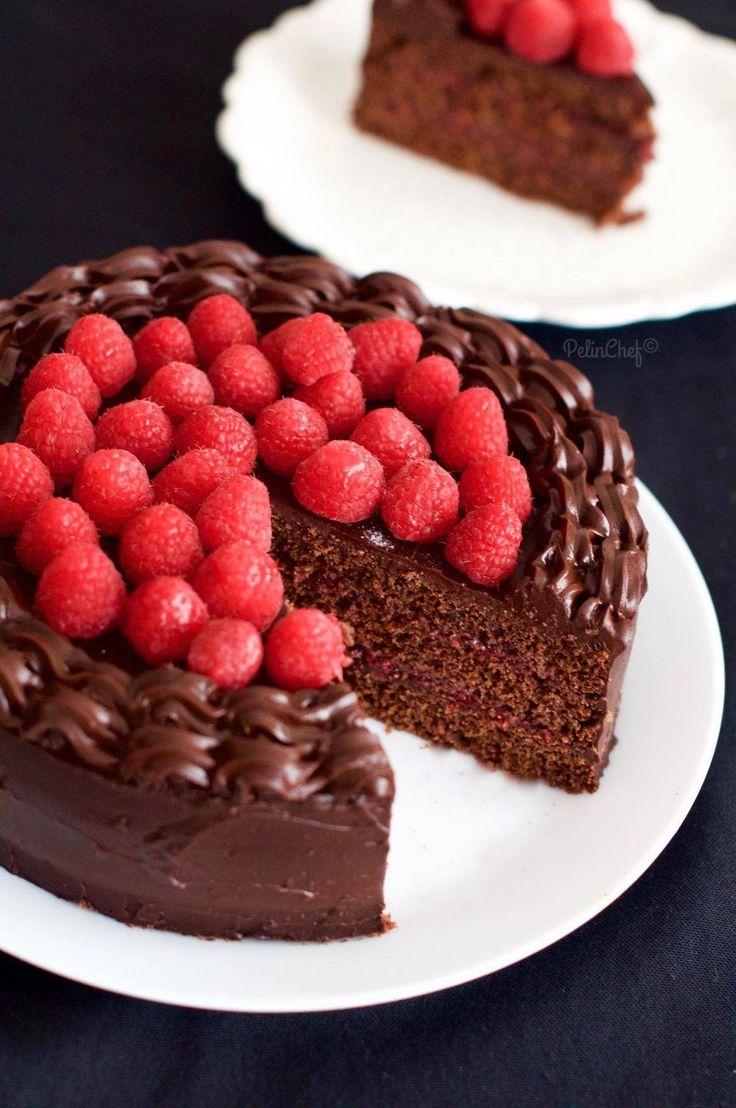 Çikolatalı pasta hazırlamak istediğimde içine ona çok yakışan başka bir malzeme daha ilave ediyorum mutlaka. Örneğin portakal da oluyor pastada ya da çilek hatta bazen kayısı. Çikolata ile çok yakışan meyvelerden biri de tartışmasız frambuazdır. Tazesini bulursam hemen çikolatalı pasta veya kek hazırlarım. Bu kez