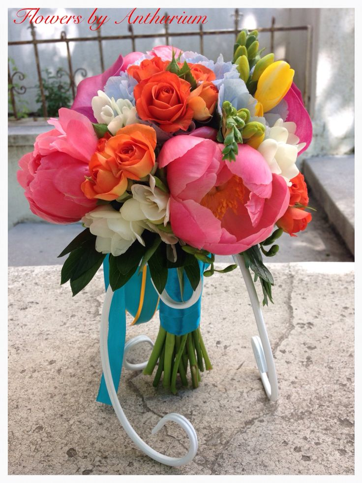 Buchet de mireasa realizat din hortensia, bujori , frezii , minirosa, craspedia si trandafiri