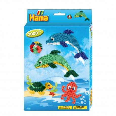 Complete Hama strijkkralenset om verschillende zeedieren te maken. Inhoud: 2000 strijkkralen, 1 vierkant strijkkralenbordje, 1 strijkkralenbordje dolfijn, strijkpapier en verschillende voorbeelden.  Afmeting verpakking 25,5 x 17 x 3 cm Geschikt voor kinderen vanaf 5 jaar.