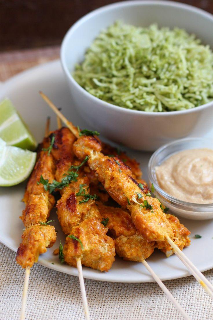 Estas brochetas de pollo satay, muy populares en Indonesia y Malasia, son una explosión de sabor y color. Si te gustan los sabores asiáticos y las recetas originales entonces no dejes de probar este delicioso pollo satay con salsa de maní acompañado de arroz verde, ¡no creerás lo rico que …