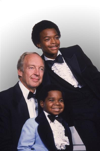 """Conrad Bain El recordado actor que encarnó al señor Drummond en la serie """"Different Strokes"""" (""""Blanco y Negro""""), falleció el 14 de enero por causas naturales. Tenía  89 años.En la foto posa con sus coestrellas de la serie, Gary Coleman y Todd Bridges, en los premios Emmy celebrados en Los Ángeles, el 13 de septiembre de 1981."""