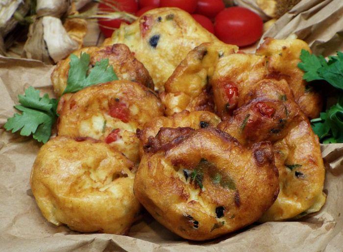 Bocconcini di pomodori, olive e acciughe