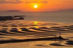 御興来海岸は熊本市から南西にある景勝地 この海岸は潮が引いたあとの砂地には風と波が作りだした綺麗な曲線美の砂紋が有名なんだ 天気が良い日には長崎県の島原半島や雲仙普賢岳まで見えるんだよ 1年に10数日しかない日の入りと引き潮が重なる日を狙って行ってみて tags[熊本県]