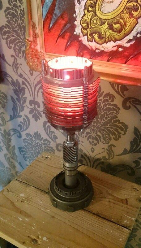 lampa av gamla växellåds delar.
