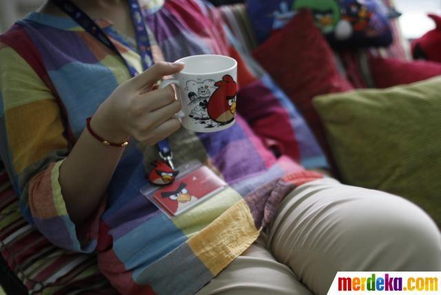 Saat berkunjung ke China, CMO Rovio, Peter Vesterbacka gembira melihat merchandise Angry Birds banyak dibajak. Ini menunjukan kepopuleran game Angry Birds di China yang hingga kini telah diunduh 140 juta kali.