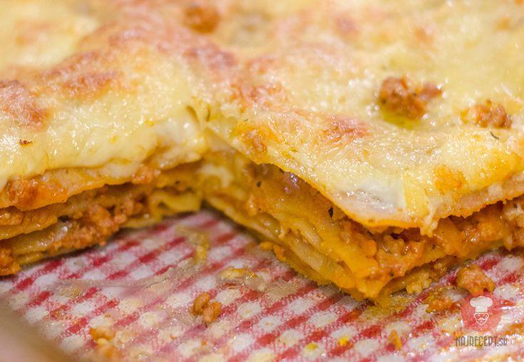 """Mäsové lasagne sú vždy iné. Budú omnoho lepšie ak do bešamelovej omáčky pridáte klasické ,,domáce"""" maslo. Dúfam, že Vám tieto lasagne budú chutiť."""