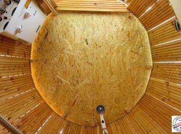 Blick von innen auf das Dach. Die OSB Platten wurden wasserfest mit OSB Lack gestrichen.
