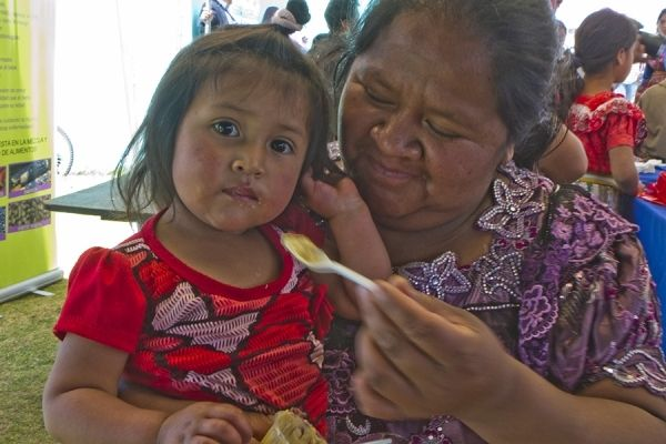 """Canada's contribution of nearly US$1.8 million in the development of """"Mi Comidita,"""" a fortified food supplement produced in Guatemala with support from WFP and the government, is improving the lives of mothers and children across the country. (28 May 2014, Photo: WFP/Francisco Fión)"""