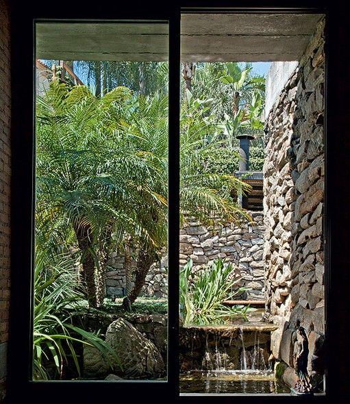 Para projetar o jardim de seus sonhos, a arquiteta Flavia Petrossi retirou toneladas de terra até o vizinho dos fundos. Muito perto da casa havia um muro de arrimo que escurecia tudo. Ele foi demolido e as pedras foram aproveitadas no paisagismo