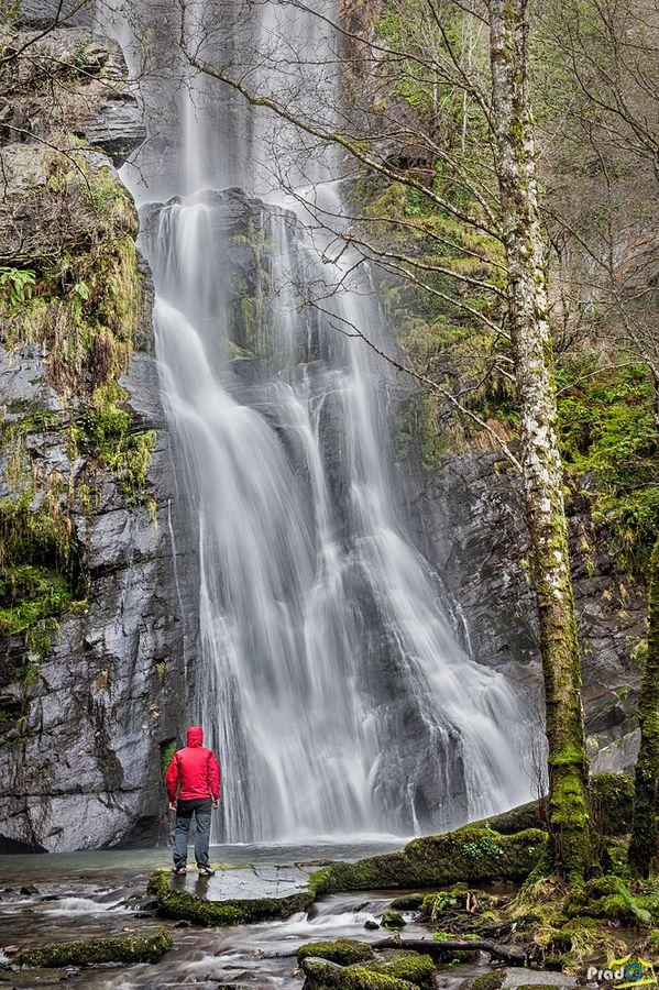 """En gallego """"Seimeira o Fervenza"""" significa Cascada, y este es el conocido como Vilagocende. Está muy cerca de Fonsagrada (Lugo, España) y con una caída de aproximadamente 50 m es una de las más grandes de toda la provincia"""
