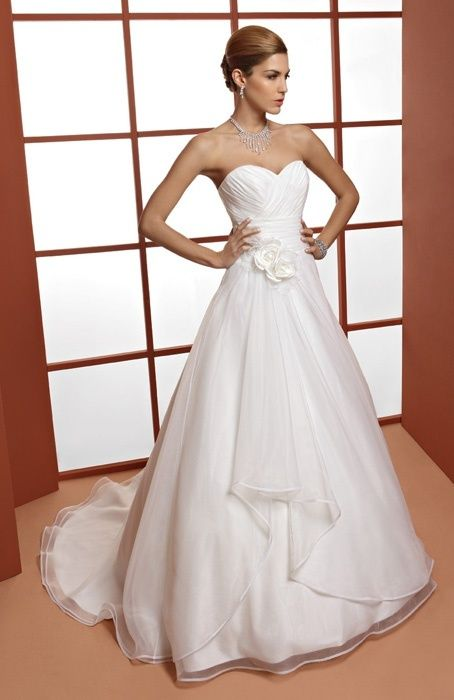 Robe de mariée Orea Sposa 2013 - Modèle 13OS-L616 - Corsage drapé décolleté coeur ornée d'une fleur à la taille. Jupe trapèze, traîne. De 450 à 799€