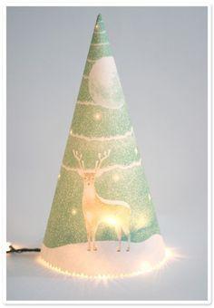 応用編。あらかじめ小さな穴をあけた紙を円すい型にまるめてランプシェードに。電球は豆電球やLEDなどの小さめを使って。ほのかに光がもれる、クリスマス感たっぷりのライトをDIY♪