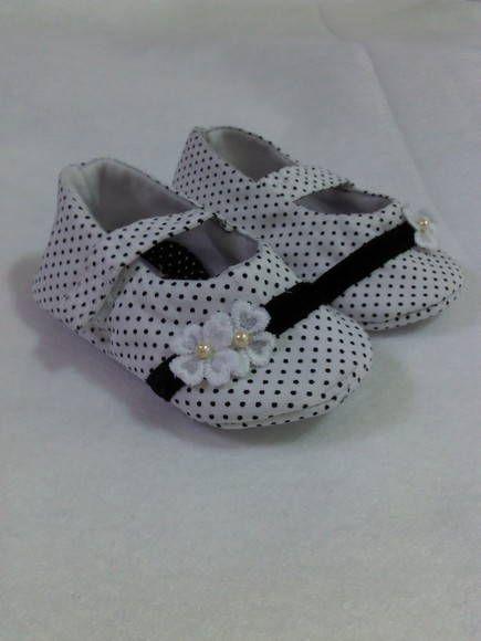 Sapatinho em tecido, forrado com feltro, solinha em tecido, detalhe em veludo. Para bebês de 0 a 9 meses R$ 42,00