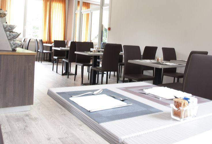 Chairsoutlet ha arredato la sala #colazione, il #ristorante, il #bar e il #terrazzo dell' #Hotel Alla Fonte ad Arta Terme (Udine) con diversi modelli tra sedie, sgabelli e tavoli. Nella foto si vedono le sedie MARION B, interamente rivestite, anche nelle gambe, abbinate ai tavolini da bar con la base centrale e il piano di forma quadrata. Scopri tutti i prodotti per arredare la tua attività commerciale su www.chairsoutlet.com