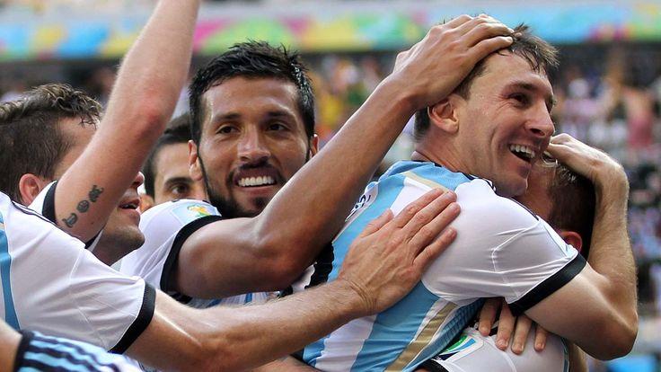 ABRAZO. Lionel Messi festeja el unico gol del partido frente a Iran. (Carlos Sarraf)