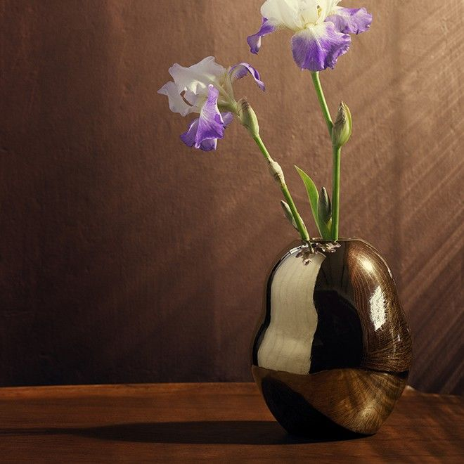 Kähler's Fiora range features a beautiful little gold vase with a surprising and atypical silhouette. Like the rest of the range, this monochromatic vase was designed by Stine Goya who found her inspiration in Kähler's history from the 50s and 60s.