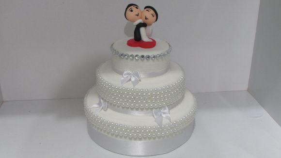 Lindo bolo cenográfico de isopor, revestido com textura de porcelana e adornado com pérolas e cristais.    Temos opção de redondo ou quadrado.    Noivinhos NÃO inclusos. R$ 115,00