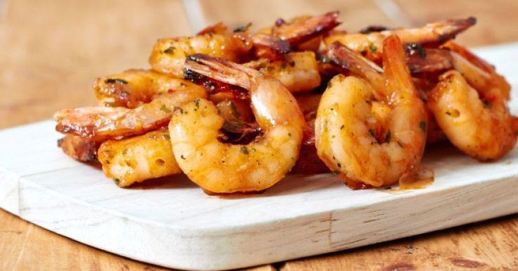 Aprenda como preparar uma receita de camarão frito usando apenas três ingredientes. Simples de fazer, o preparo demora apenas 30 minutos. Leia também Como fazer camarão empanado Receita de isca de peixe crocante Molho de camarão simples Ingredientes 500 g de camar&atil