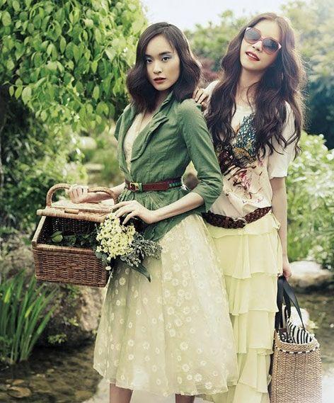 Bohemian style merupakan gaya berpakaian yang memadukan unsur hippie, etnic, dan vintage.