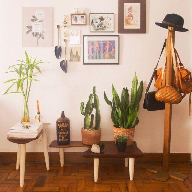 Hall de entrada é sempre meio difícil de decorar né, por isso quisemos compartilhar essa composição linda feita pela @luizasdias : plantas, quadros, mancebo e pronto! ♥: