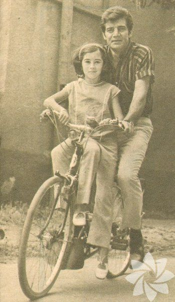 Ekrem Bora kızı Sevil ile suadiye de bisiklet turunda. Yıl 1966.