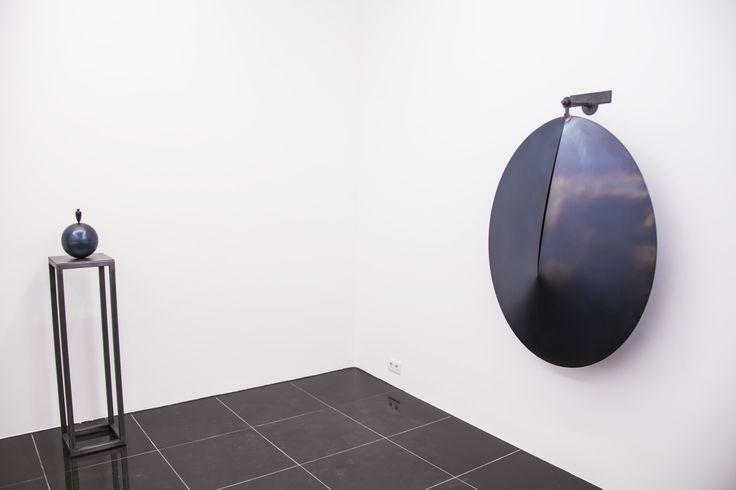 Başta metal olmak üzere cam, demir, ahşap, beton gibi farklı malzemeleri kullanarak kavramsal görüşler doğrultusunda ''kendi hikayelerini anlatan figüratif'' eserler oluşturan sanatçı, 1977'den beri Paris'te yaşamaktadır. #artfulliving #sergi #exhibition #contemporaryart #osmandinc #piartworks