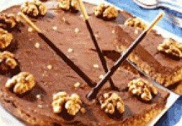 150 gram gepelde walnoten150 gram boter150 gram Bastognekoeken200 gram monchou200 gram pure chocolade6 eetlepels bakgemberdoosje Mikado Bereiding  Laat de monchou op kamertemperatuur komen. Smelt de boter, verkruimel de Bastognekoeken, en hak de walnoten in stukjes (hou een aantal walnoten heel voor de garnering). Roer de verkruimelde Bastognekoeken en walnoten door de boter. Verdeel dit mengsel over de bodem van een met plasticfolie bedekte kleine springvorm (doorsnee 20 cm). Laat de bodem…