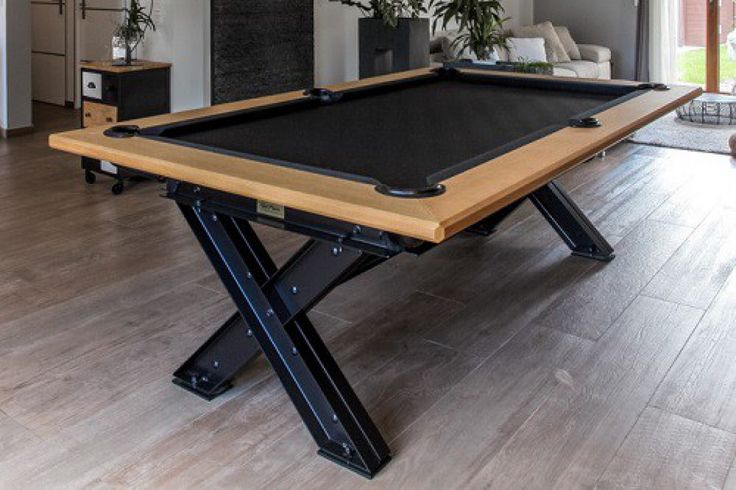Billard américain en acier noir et chêne inédit dans le monde du billard. Billard transformable en table à manger de 10-12 personnes grâce à ces 3 rallonges en bois chêne. Dim 2.38 m x 1.39m
