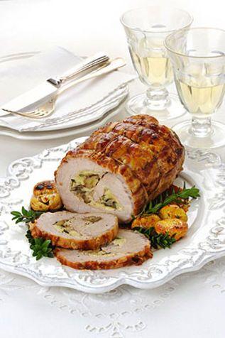 Rotolo di maiale farcito alle castagne Ecco un secondo piatto che ben si addice a pranzi come quello di Natale o di Capodanno