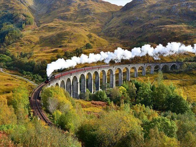 映画ハリーポッターの撮影で使われてから一躍有名になった「グレンフィナン陸橋」。スコットランドの魅力