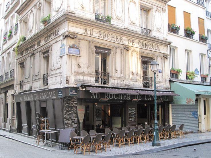 Le Rocher de Cancale. C'est au 78 rue Montorgueil que l'on peut admirer la plus belle façade de la Néo-Renaissance à Paris : en bois plaqué, elle est ornée de fresques de Paul Gavarni et d'encadrements en bois sculpté style Louis XVI, qui lui donnent une apparence très riche. Si vous vous demandez ce qui se cachait derrière autrefois, il vous suffit d'observer l'angle de la façade : vous y verrez une étonnante sculpture représentant un rocher couvert de moules et d'huîtres ! ...