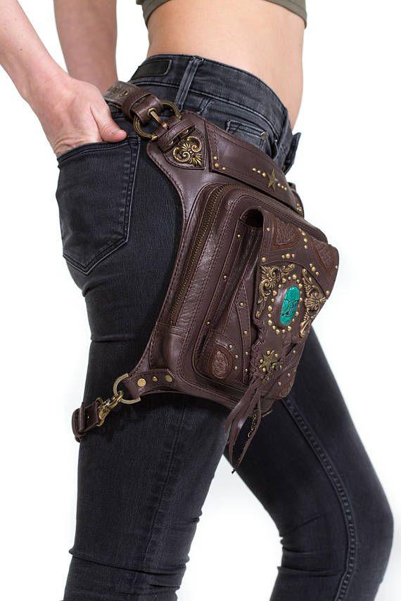 * * IN STOCK * * Questa borsa è una combinazione del Genesi cintura sacchetto e sacchetto di sabbiatura. Ho ricreato il lembo della tasca di ottone e turchese e ha aggiunto un tocco di pelle di serpente Pitone verso lalto. Questa borsa è il fattore wow di qualsiasi vestito che indossi. Ci sono 2 tasche piene dimensioni e 1 tasca con cerniera piatta, dando spazio a sufficienza per trasportare tutto su di te. Si può indossare come una fondina intorno alla vostra vita, o staccare la cinghia…