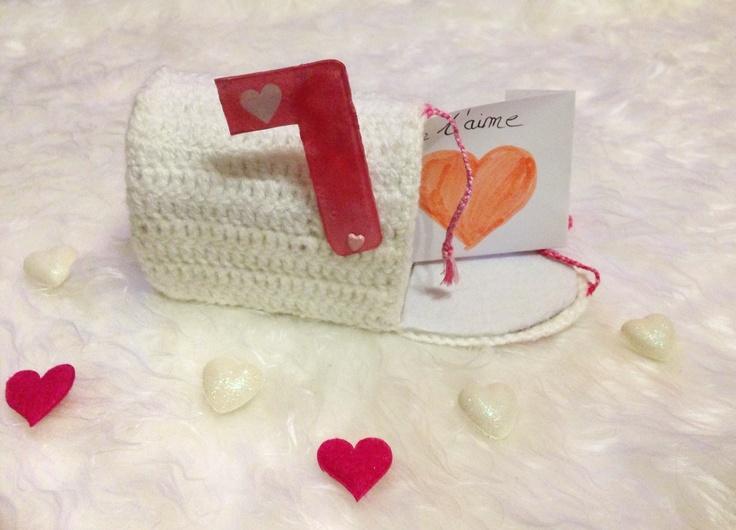 Boîte au crochet pour la St Valentin. http://nounoursetteonlin82.wordpress.com/2013/02/07/fabriquer-sa-us-mailbox-pour-dire-je-taime/