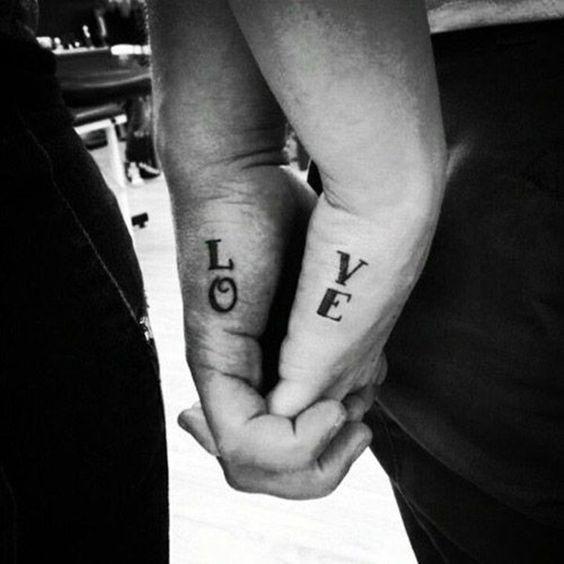 Mini tatuaże w dyskretnych miejscach. Podbijesz serca mężczyzn!