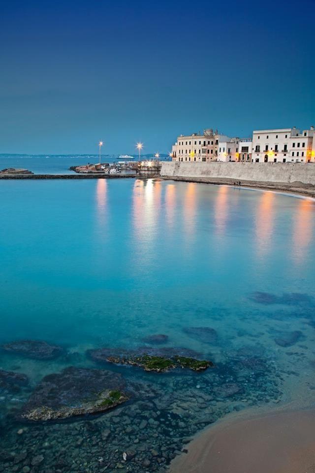 Un incanto fatto città e paesaggio, questo scorcio di Gallipoli.  www.nelsalento.com