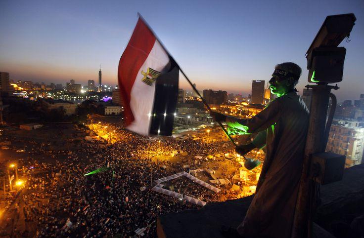 Un manifestante ondea una bandera egipcia sobre la plaza Tahir en el centro de El Cairo. Miles de opositores al gobierno del presidente Mohammed Morsi reclaman su renuncia.