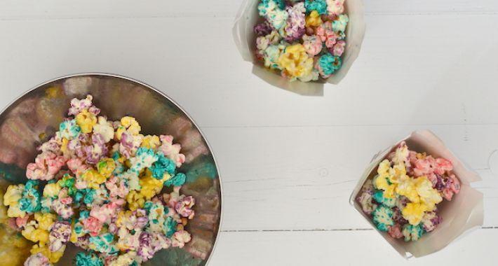 Leuk idee om met kinderen zelf regenboog popcorn te maken.