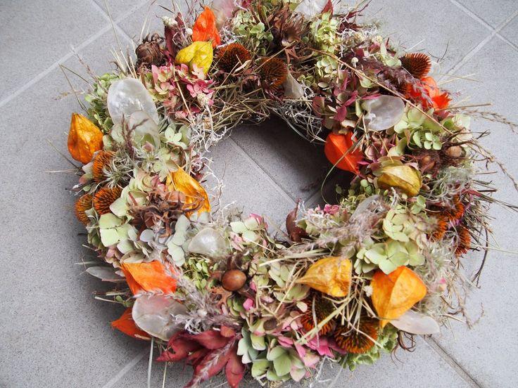 Herbstkranz gebunden mit Heu, Hortensie, Fruchtstände