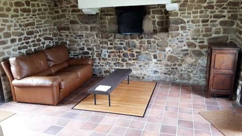 Lemasle Avranches Featuring free WiFi, LEMASLE offers pet-friendly accommodation in Saint-Martin-des-Champs. Free private parking is available on site.  Each room has a TV. Certain rooms include a seating area where you can relax.