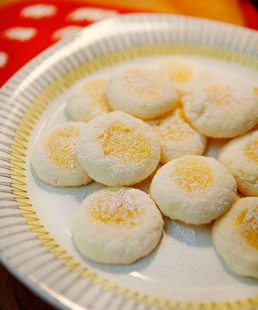 Det här är en variant av mitt recept på glutenfria syltkakor, som jag gör med hemmagjord lemon curd som fyllning. Försvinnande goda och väldigt enkla att göra! GLUTENFRIA CITRONKAKOR 175 g rumsvarmt smör1 dl strösocker1 ägg3 1 ⁄2 dl potatismjölca 1 dl lemon curd Rö