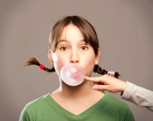 Masticare chewing gum rimuove la placca batterica come il filo interdentale