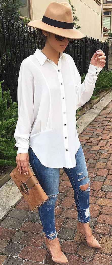 casual style perfection: hat + shirt + rips + bag