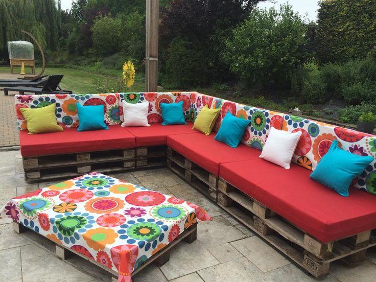 Een zelfgemaakte loungeset met europalletten, kussens uit schuimrubber overtrokken met hoezen.