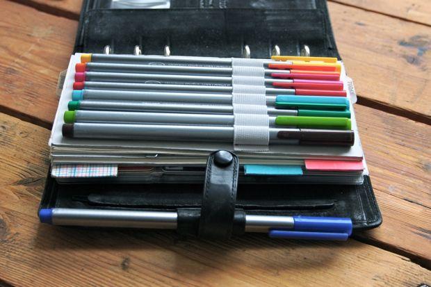 """…kann zwar ne ganze Menge Unwichtiges Zeug speichern, aber manche Dinge müssen auf Papier. Und weil für bunte Skizzen oder Wartezeit überbrückende Kinderkritzeleien zwei Stifte nicht ausreichen, brauchte mein Filofax eine kleine Erweiterung. Aus Pappe, Gummiband und Garn. …die Papierbögen sind übrigens ebenfalls stapelweise aus alten Werbenotizblöcken geschnitten und mit... <a href=""""http://www.catherinehug.de/stiftehalter-fuers-filofax/"""">Read More →</a>"""