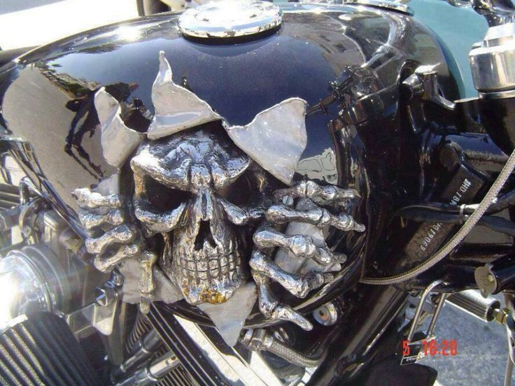 Motorcycle Love: Insane tank - skull busting out