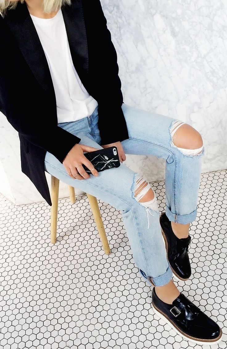 this street style outfit goes perfectly with the black marble iphone cover from Native Union