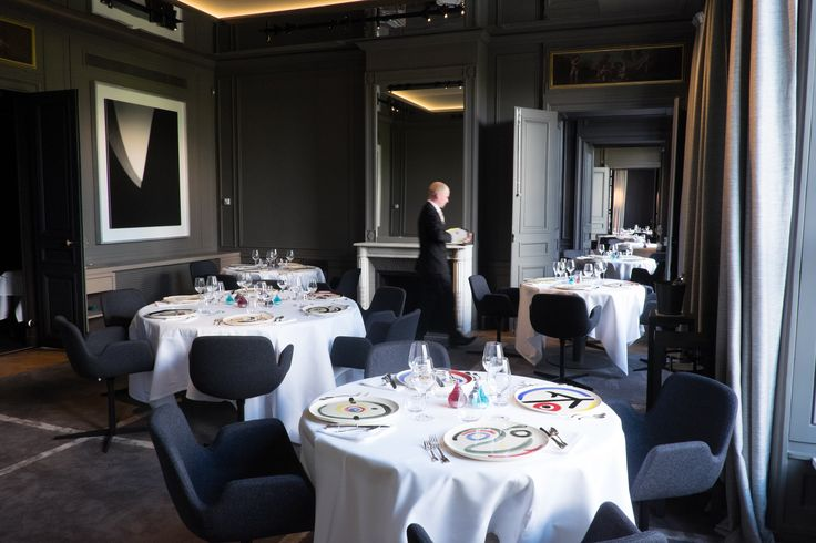 Restaurant Guy Savoy, they say this is one of the Chicest new restaurants to open in Paris, opening in June of 2015 and overlooking the Seine...I love this Black and White combo, I mean there is something about a crisp white table cloth in a room done with Black matte finish walls that just turns me on.....BRAVO!!!.....RR