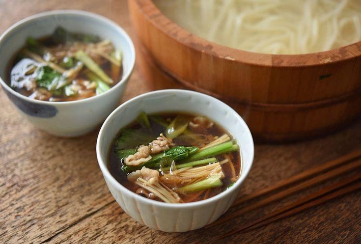 いちばん丁寧な和食レシピサイト、白ごはん.comの『釜揚げ&肉汁つけうどんの作り方』を紹介しているレシピページです。野菜たっぷりの豚バラ入りのつけ汁を作って、釜揚げうどんといただきます。お昼ごはんだけじゃなくて、晩ごはんにもうれしいボリューム満点のうどんレシピです。